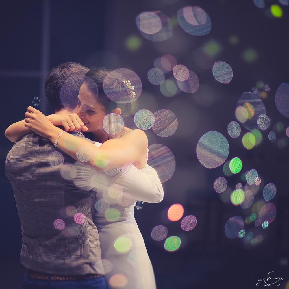 """ריקוד סלואו בחתונה. בועות הסבון הנמצאות בחזית הפריים """"יצאו מפוקוס"""" וקיבלו את המראה המיוחד הזה. צילום: תומר אלמקייס"""