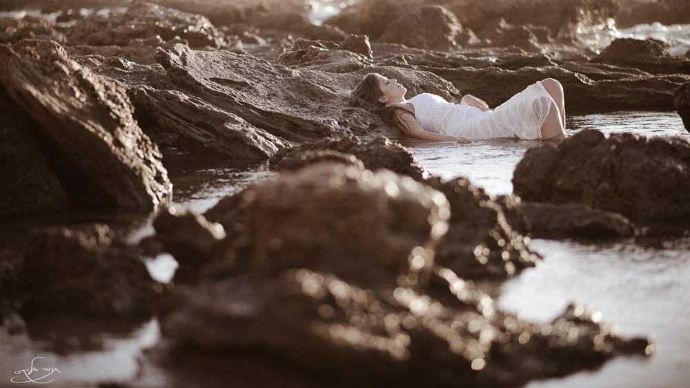 """הסלעים הרטובים בפרונט """"יצאו מפוקוס"""" ולכן הבהקי האור שעליהם הפכו לעיגולי אור נעימים ש-אגב, מושפעים מצורת הצמצם. צילום: תומר אלמקייס"""