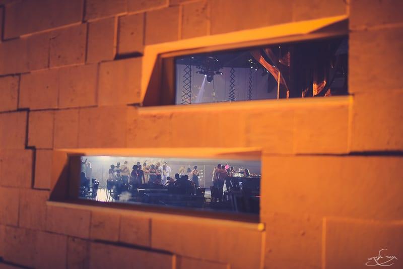 צולם מבחוץ כאשר 2 פלאשים מאירים את הרחבה בפנים. צילום: תומר אלמקייס