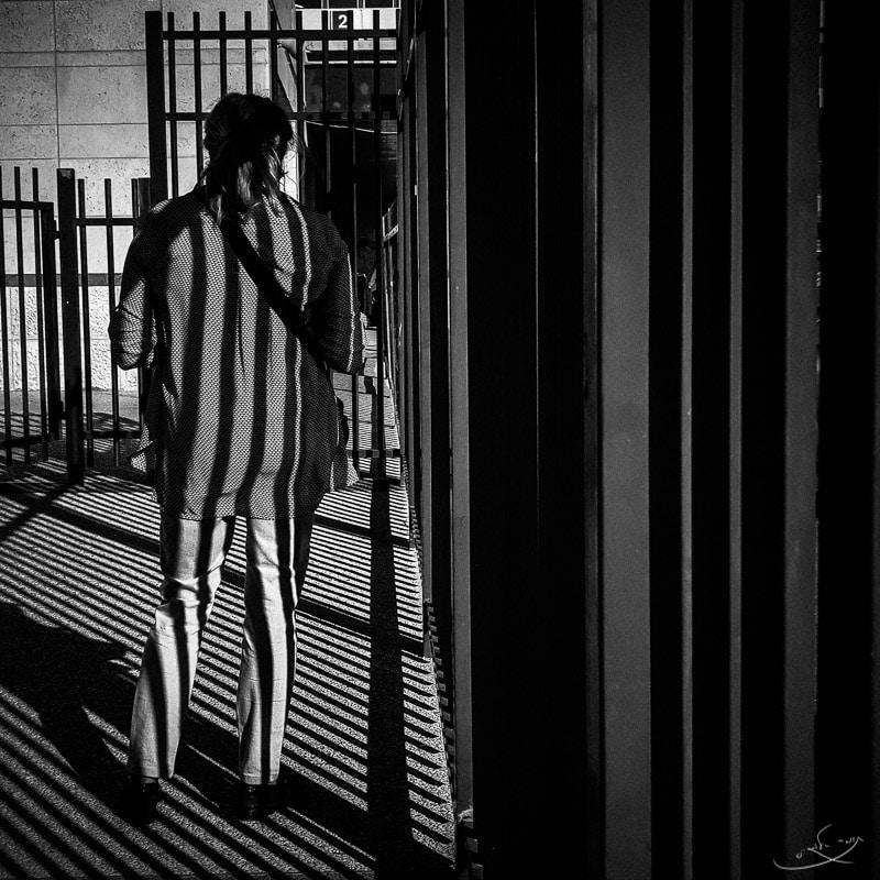 צילום בסמארטפון - אדם מצולם מהגב - שחור לבן