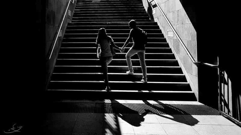 צילום בסמארטפון - זוג עולה במדרגות