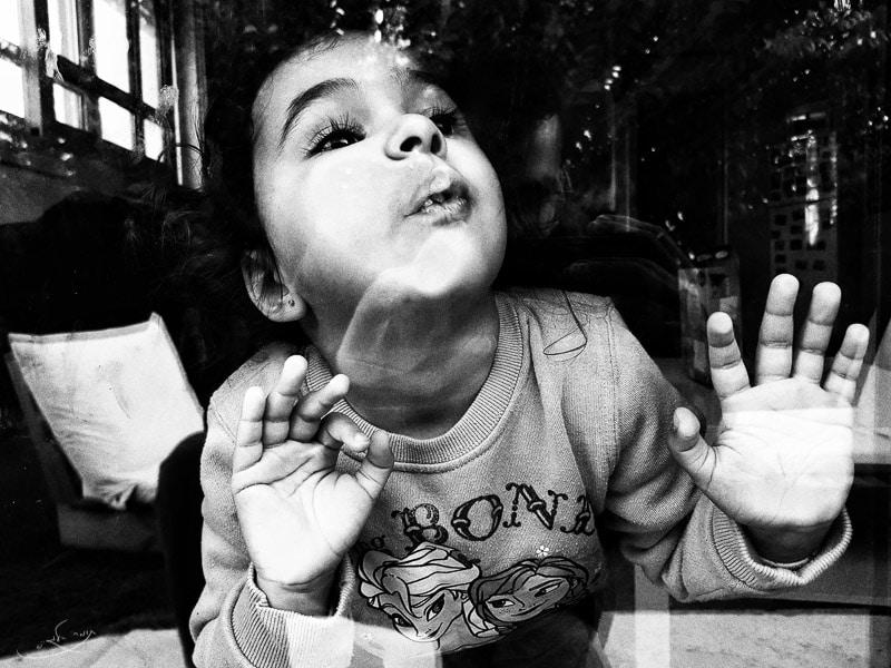 צילום בעדשה רחבה לסמארטפון - ילדה דבוקה לחלון