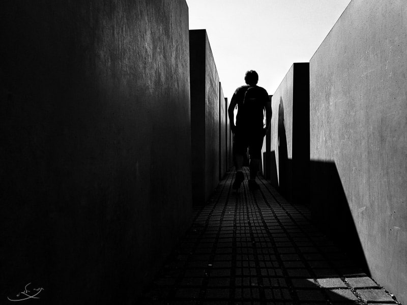 צילום בסמארטפון - איש הולך במסדרון