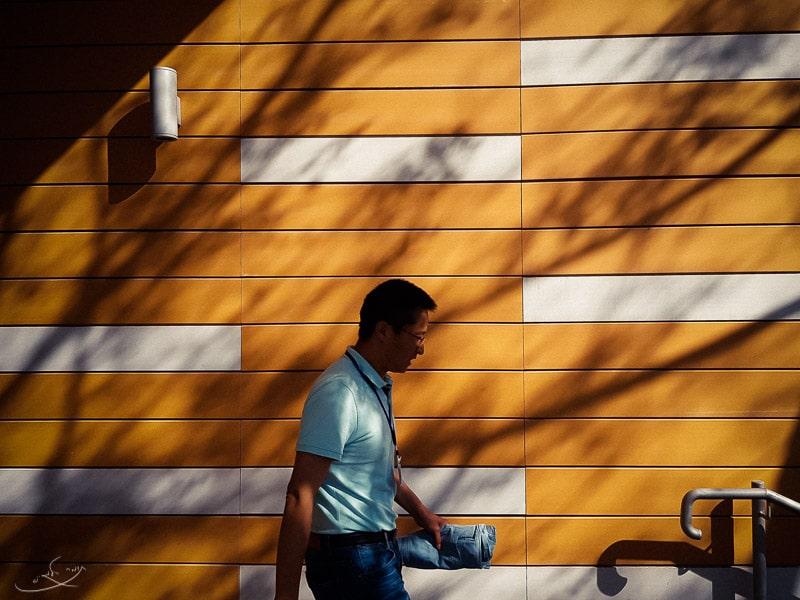 צילום בסמארטפון - אדם הולך מול קיר