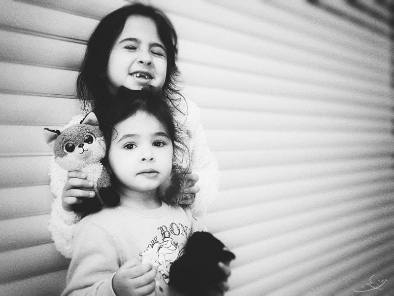 צילום בעדשה רחבה לסמארטפון - ילדות נשענות על קיר