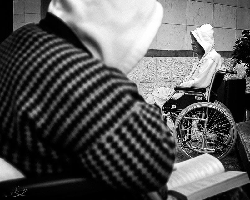צילום בסמארטפון - אדם יושב בכסא גלגלים