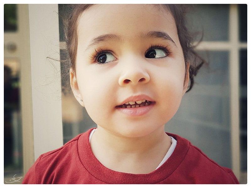 צילום בעדשה רחבה לסמארטפון - ילדה בחדר